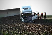 Kamion převážející řepu se převrátil v Brně-Tuřanech.