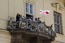 Na budově brněnského magistrátu zavlála historická běloruská vlajka na podporu občanské společnosti Běloruska.
