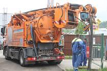 Kanalizace a septiky v malých obcích zapáchají a znečišťují okolí. S jejich údržbou a vývozem pomáhají i speciální fekální vozy.