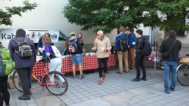 Ve čtvrtek od sedmé hodiny ranní do jedné po poledni dostali cyklisté na Moravském náměstí snídani zdarma. Akci připravil spolek Brno na kole.