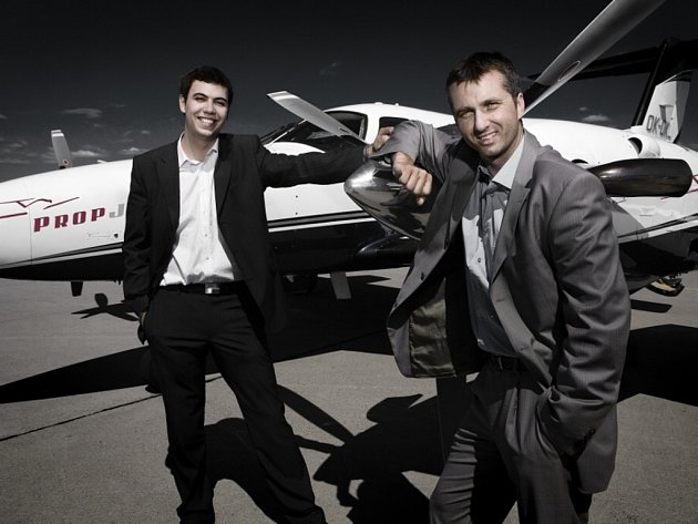 Majitelé firmy Adam Bílek a Martin Petera se opírají o jeden ze svých strojů, na jehož palubě lítají nároční klienti.