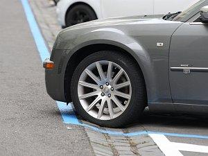 Přípravy na rezidentní parkování začaly v centru malováním čar