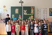 Žáci z 1.B ze ZŠ na Bakalově nábřeží 8 v Brně s třídní učitelkou Ivou Holou.
