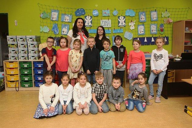 ZŠ Horníkova vBrně. Na fotografii třída 1.B střídní učitelkou Evou Maršíkovou (vlevo) a asistentkou Kateřinou Opělovou (vpravo).