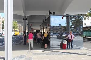 Autobusové nádraží u Grandu po přestavbě.