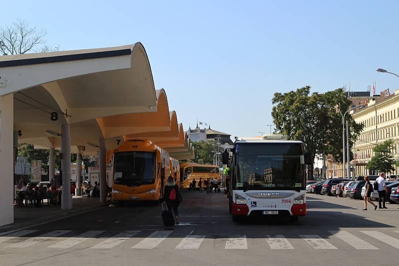 Autobusové nádraží u brněnského Grandu.