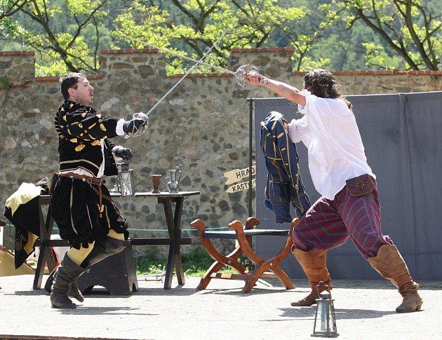Ukázka šermířského umu na hradě Veveří.