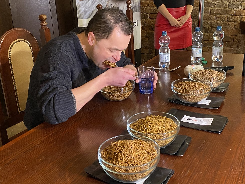 Český rekordman Jaroslav Němec dnes v Brně vytvořil nový světový rekord v pojídání sušených červů.