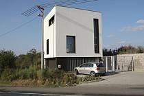 Dům s ateliérem v Žebětíně ocenili porotci díky citlivému zasazení do krajiny.