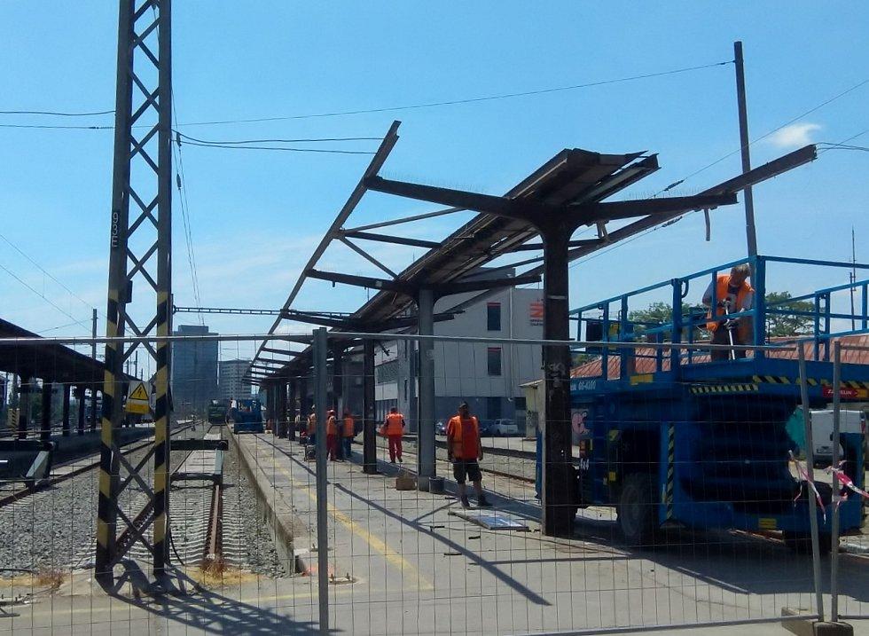 Dělníci začali s opravou šestého nástupiště na brněnském hlavním nádraží.