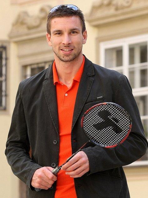 Badmintonista Petr Koukal přivede české sportovce na slavnostní zahájení letních olympijských her vLondýně svlajkou vruce.