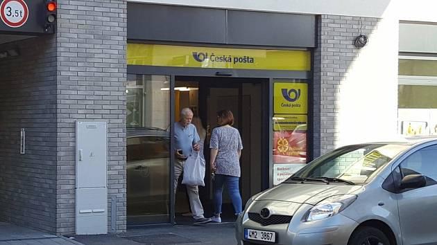 Nová pobočka České pošty, kterou přesunuli do městem zrekonstruovaného domu na adrese Dukelská třída 88 v brněnských Husovicích.