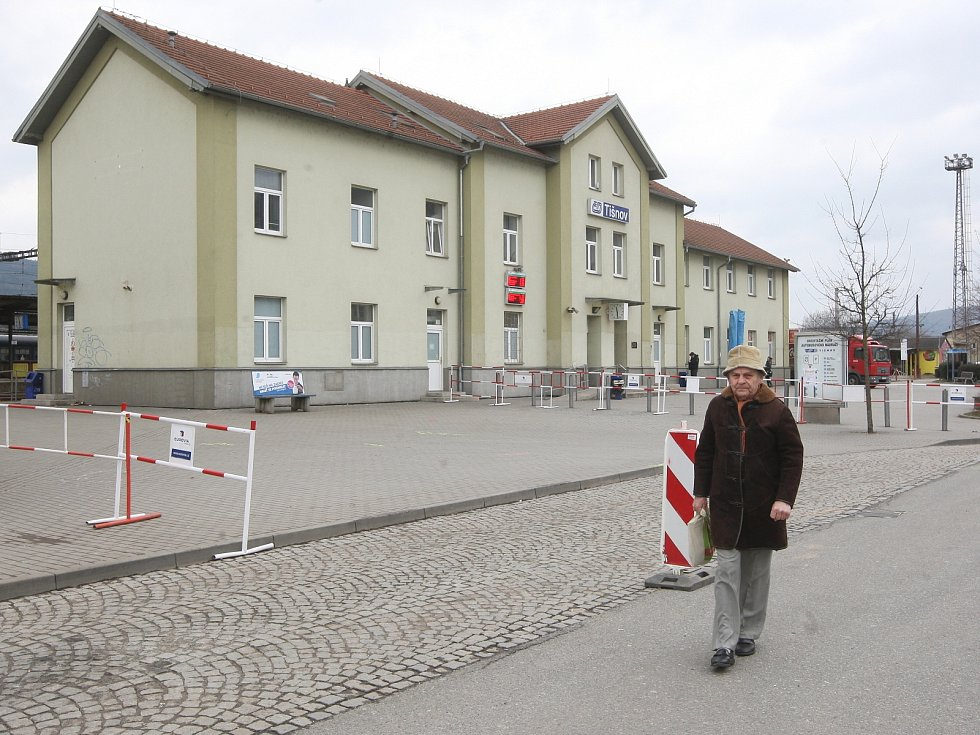 Několik měsíců budou cestující na nádraží v Tišnově na Brněnsku potkávat kromě autobusů i dělníky. V pondělí začali opravovat celý terminál. V polovině července pak cestujícím poslouží úplně zrekonstruované nádraží.
