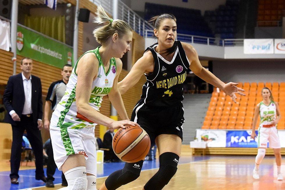 Basketbalistka Michaela Stará (v bílém) ukončila po sezoně kariéru.