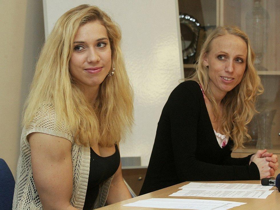 Bývalé týmové partnerky Alžběta Dufková a Soňa Bernardová (vpravo).