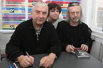 Jiří Vondrák podepsal svoji knihu o Okudžavovi. Jako hosta si na autogramiádu v Knihách Dobrovský v Joštově ulici přizval herce Miroslava Donutila.