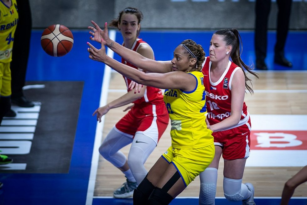 Basketbalistka Natálie Stoupalová (vpravo v červeném) si v kvalifikaci na mistrovství Evropy připsala čtyři starty.