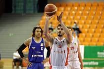 Brněnští basketbalisté (Viktor Půlpán v bílém) se probojovali do semifinále play-off Národní basketbalové ligy po čtrnácti letech.