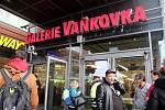 Anonym v pátek nahlásil, že je v Galerii Vaňkovka bomba. Policisté návštěvníky centra evakuovali, žádnou nenašli.