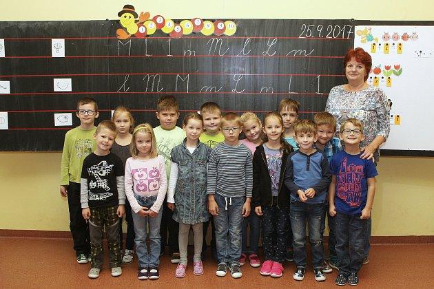 Focení prvňáčků ze ZŠ vŘíčanech na náměstí Osvobození 145.Na fotografii třída 1.Astřídní učitelkou Bohuslavou Koláčkovou.