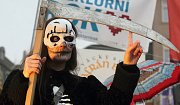 Pestrobarevné masky, zpěv, tanec a také něco dobrého na zub. Náměstí Svobody v úterý odpoledne ovládly vesnické tradice vítající jaro. Slovácký soubor Šafrán zde Brňanům představil fašank.