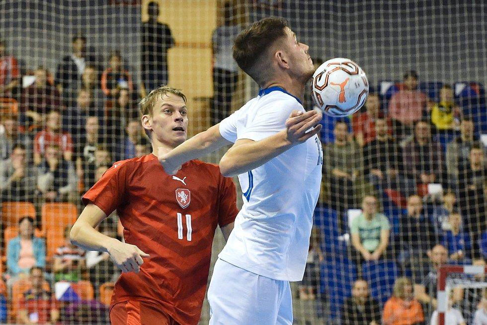 Brno 2.2.2020 - kvalifikační turnaj na futsalové MS 2020 - ČR David Drozd (červená) Slovinsko Žiga Čeh (bílá)