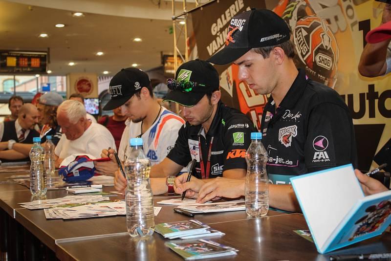 S českým jezdcem nejsilnější kubatury MotoGP jezdí mladá modelka téměř na každý závod.