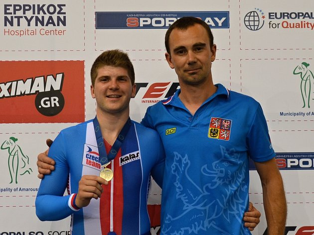 Takhle brněnský dráhový cyklista Jiří Janošek (vlevo) pózoval s trenérem Zdeňkem Noskem po zisku stříbrné medaile v keirinu na mistrovství Evropy, které před měsícem hostily řecké Atény.