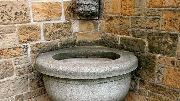 Vyschlá kašna na brněnském hradu Špilberk