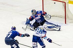 V předehrávce 14. kola přivezli extraligoví hokejisté Komety Brno (ve světlých dresech) z utkání na ledě Kladna dva body za výhru 6:5 v prodloužení.