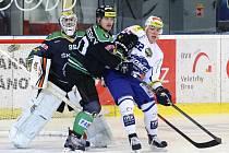 Hokejová Kometa (v bílém) podlehla Mladé Boleslavi těsně 2:3 a ukončila svou úctyhodnou šňůru jedenácti zápasů v řadě, v nichž bodovala.