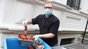 Video: Šéfkuchař na zahrádce griluje tapas i steaky. U plotny nestál tři měsíce
