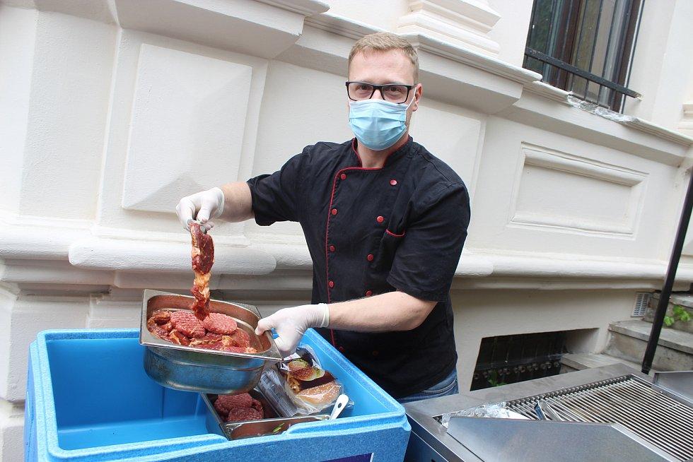 Kuchař Milan Václavík připravuje na zahrádce U kouřícího králíka v Brně grilované steaky, mexické tapas i hamburgery.