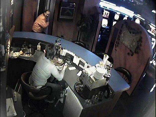 Muže při loupeži v herně v ulici Veveří zachytila kamera.