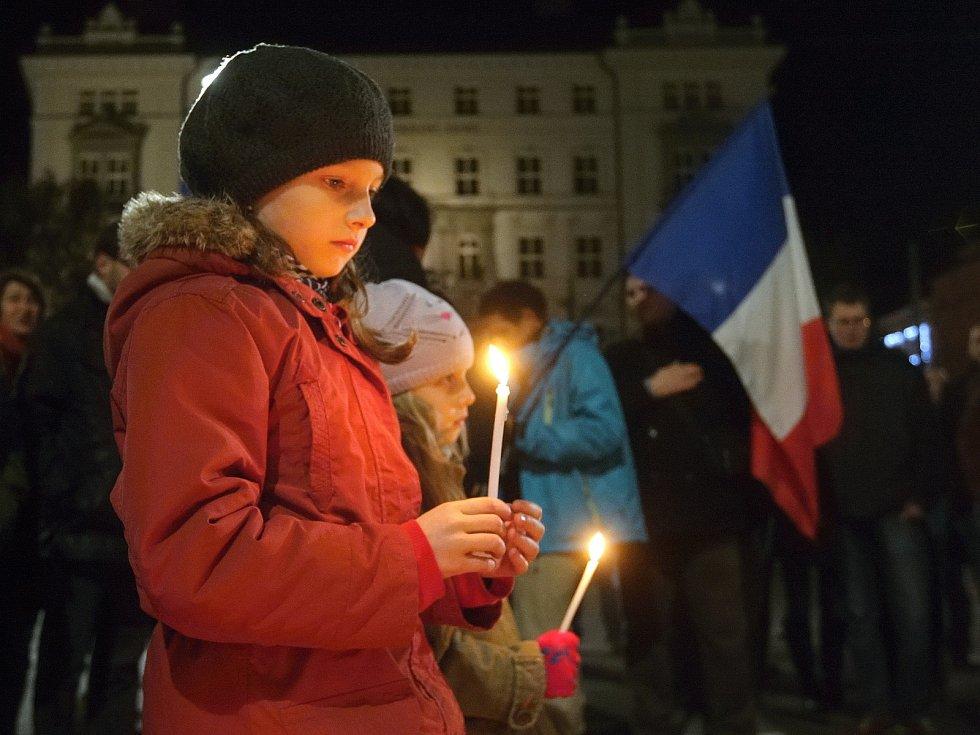 Za oběti teroristického útoku zapálili lidé svíce i v Brně.