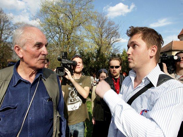 Organizátor Karel Formánek (vlevo) v ostré výměně názorů s Jiřím D. Němcem, mladým konzervativcem.