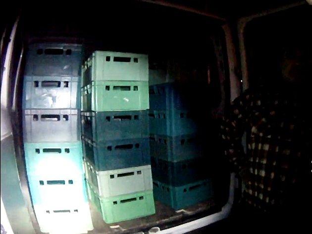 Dvojice mužů měla zálusk na plastové přepravky uskladněné vareálu brněnského hobbymarketu. Strážníky na ně upozornila ostraha, která na kameře zachytila jejich podezřelé chování.