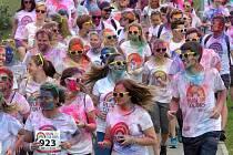 Run in Colors. Duhovou spršku barev si užili běžci v brněnském Novém Lískovci. Necelých jedenáct stovek nadšenců si v sobotu zařádilo se zdravotně nezávadnými barvami.