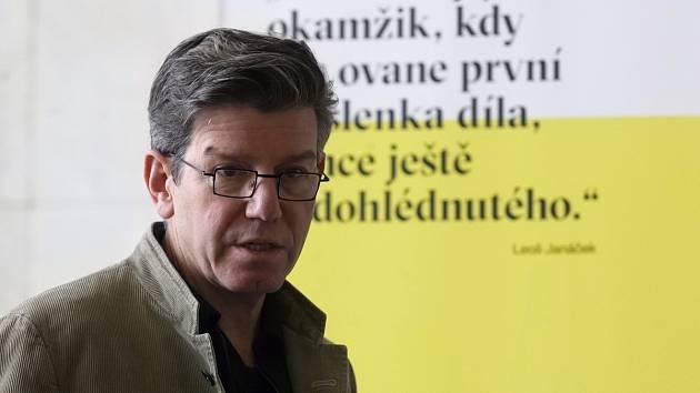"""""""Leoš Janáček je můj nejoblíbenější skladatel a neříkám to jen proto, že jsem teď v Brně. To, jak zpracovává emoce, je obdivuhodné. V Janáčkovi je pro mě krásné to, že u něj není nic umělého, jak to bývá u jiných skladatelů,"""" řekl Carsen."""
