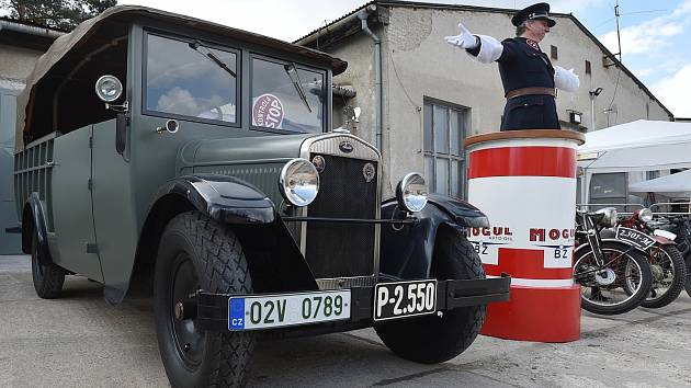 Výstava brněnského technického muzea lákala na přehlídku historických hasičských vozů, vojenských aut i starých autobusů.