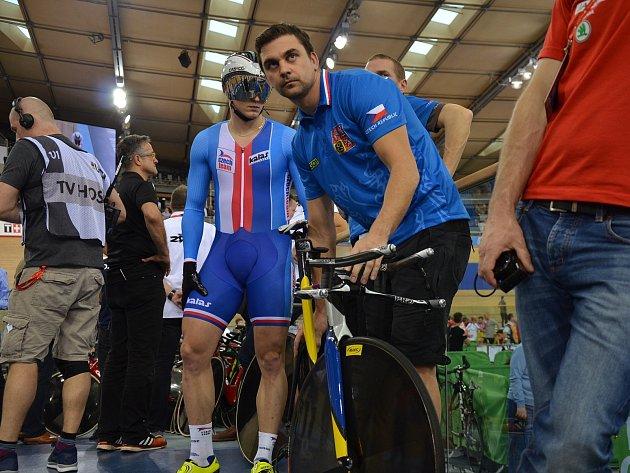 Trenér Petr Klimeš (vpravo) svým svěřencům předává cenné rady. Na snímku je dráhový cyklista Robin Wagner.