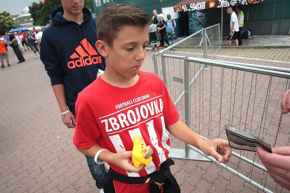 Fotbalový chrám za Lužánkami otevřel své brány. Dovnitř míří tisíce lidí.