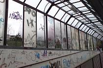 Podchod pod Jihlavskou ulicí je zcela zničen od sprejerů a vandalů.