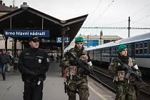 Vojáci na brněnském hlavním nádraží.