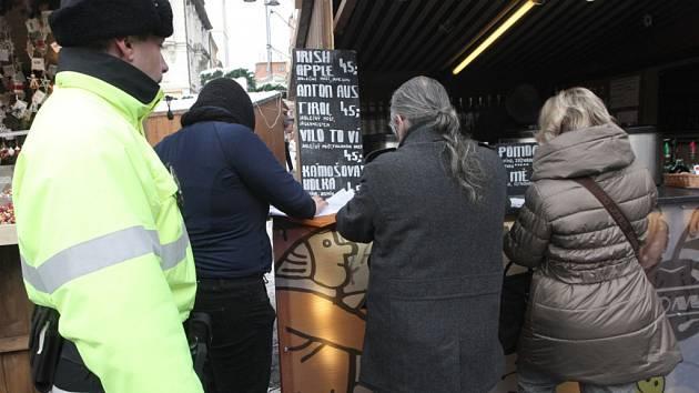 Policisté ve spolupráci s Českou obchodní inspekcí nenašli na vánočních trzích žádný závadný alkohol.