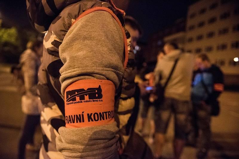 Kontroly revizorů v nočních rozjezdech v Brně.