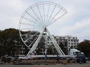 Na Moravském náměstí roste ruské kolo. Vyhlídku na Brno nabídne od 23. 11.