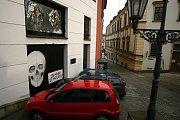 Na vratech od garáže Divadla Husy na provázku se objevilo graffiti o Zemanovi.