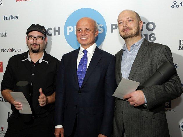Jiří Salik Sláma (na fotografii po pravici Michala Horáčka) získal cenu Czech Press Photo za sérii v kategorii Lidé, o kterých se mluví.
