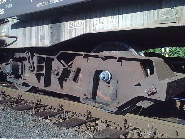 Vykolejený vlak zastavil dopravu mezi Brnem a Blanskem.